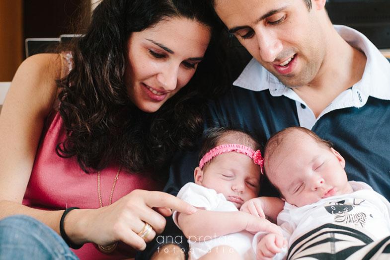 Pai, mãe e filhos gémeos