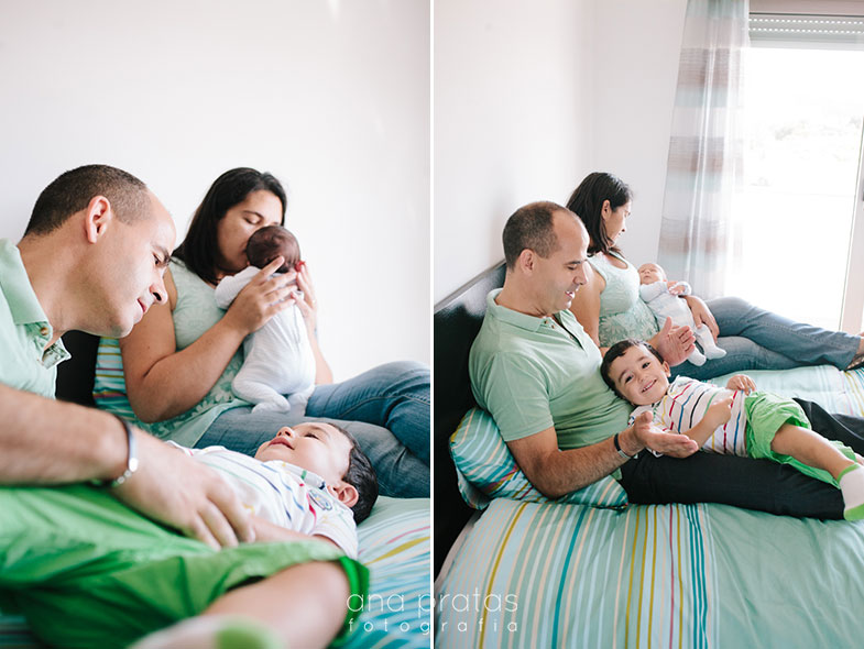 familia a brincar na cama