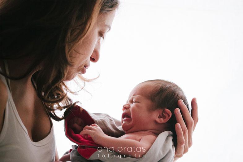 Mãe conforta recém-nascido