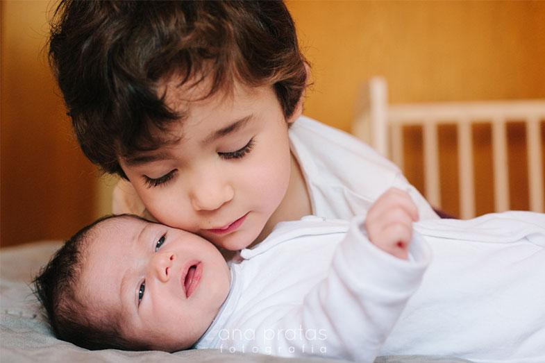 Recém-nascido com irmão mais velho