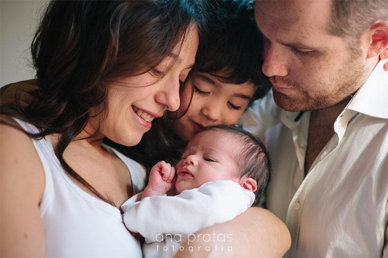 Familia de quatro com recém-nascido