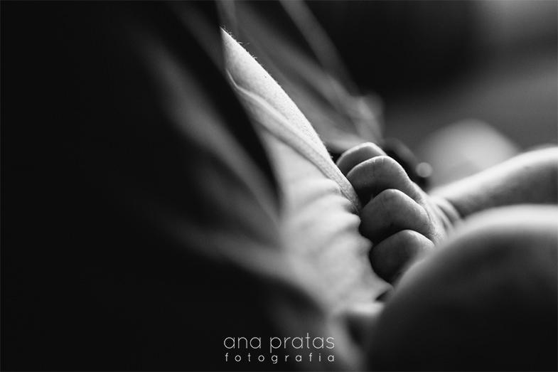 pormenor da mão recém-nascida durante a amamentação