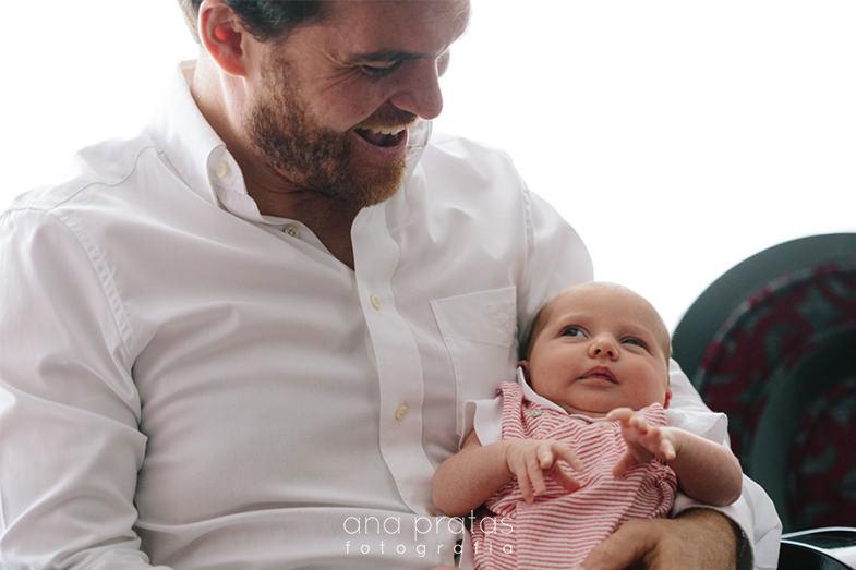 bebé ao colo do pai e com um olhar curioso