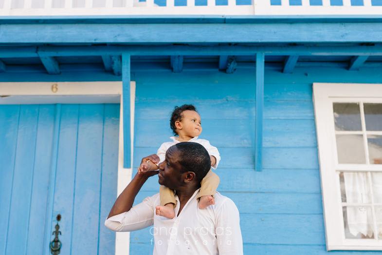criança às cavalitas do pai numa casa da costa nova