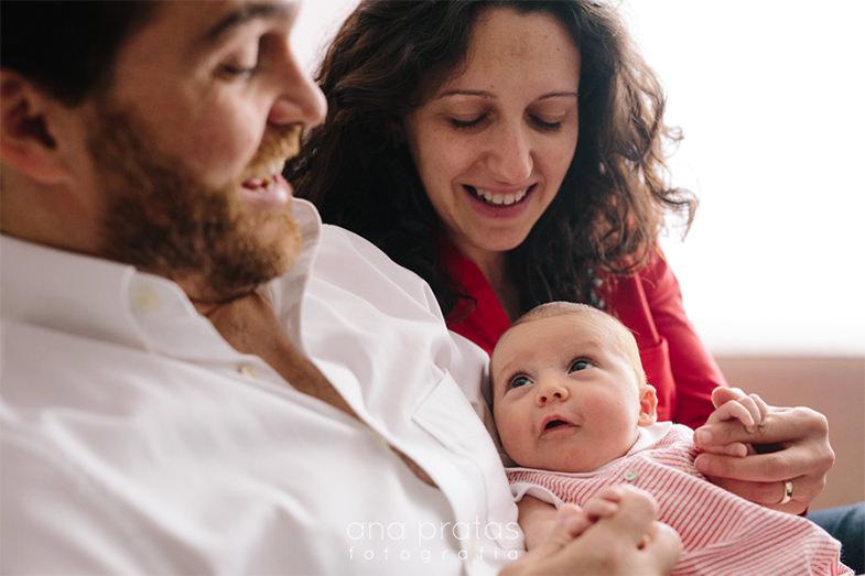 bebe recém-nascida com os pais