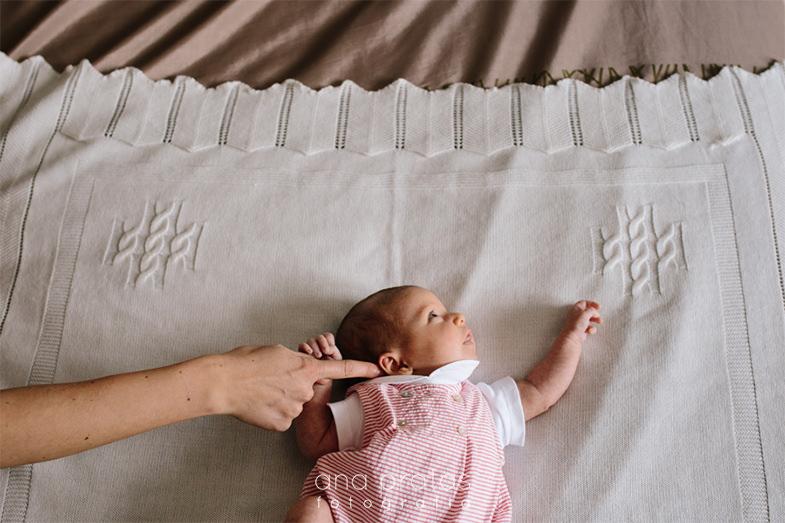 mão da mãe a chamar atenção a bebé recém-nascida