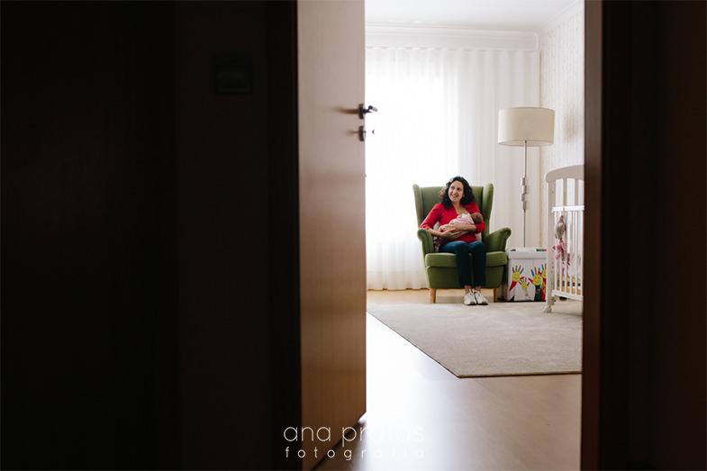mãe a amamentar bebé no quarto
