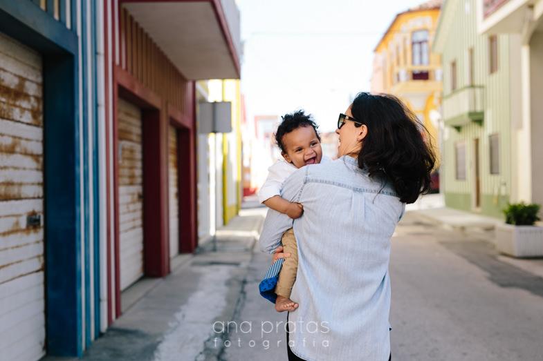 filho e mãe nas ruas da costa nova