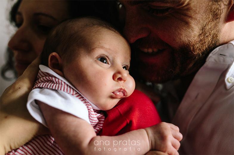 bebé recém-nascida com os pais