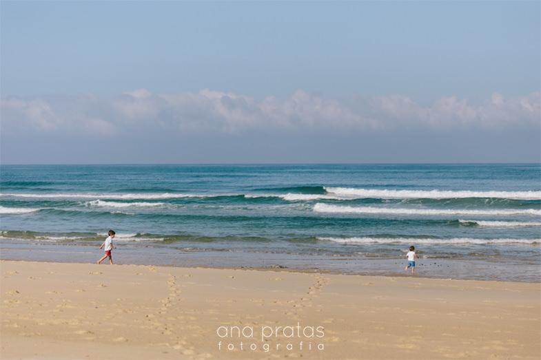 crianças a correr na praia