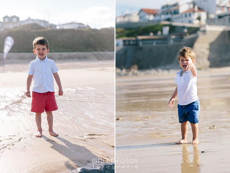 duas crianças na praia, uma delas a chorar