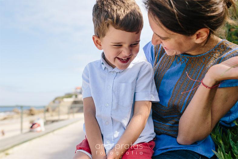 mãe com filho ao colo a rirem