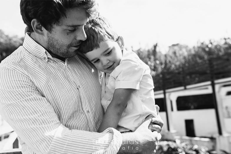 Pai com filho ao colo a aconchegá-lo