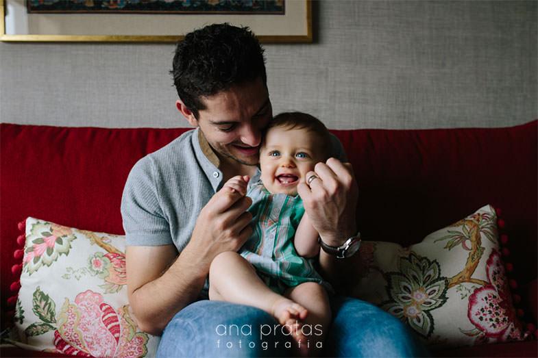 pai brinca com filho ao colo