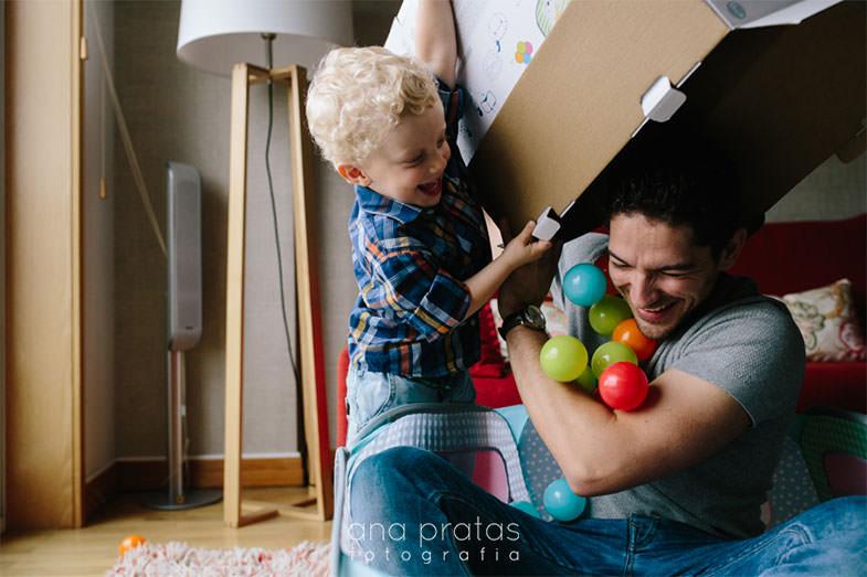 miudo muito divertido a atirar bolas de brincar por cima do pai