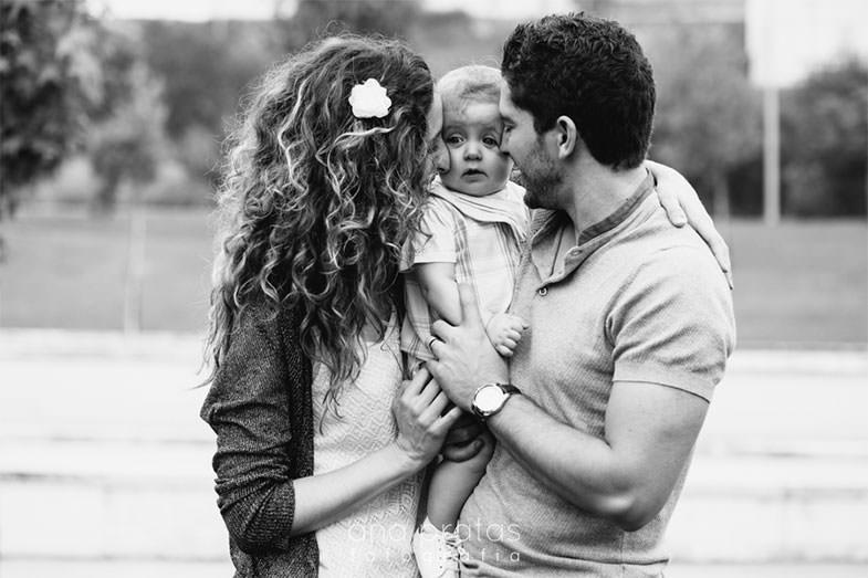 pais esborracham o filho bebé com mimos