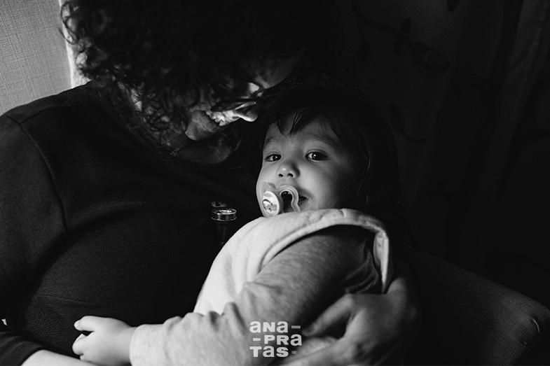 momento entre mae e filha com pouca luz