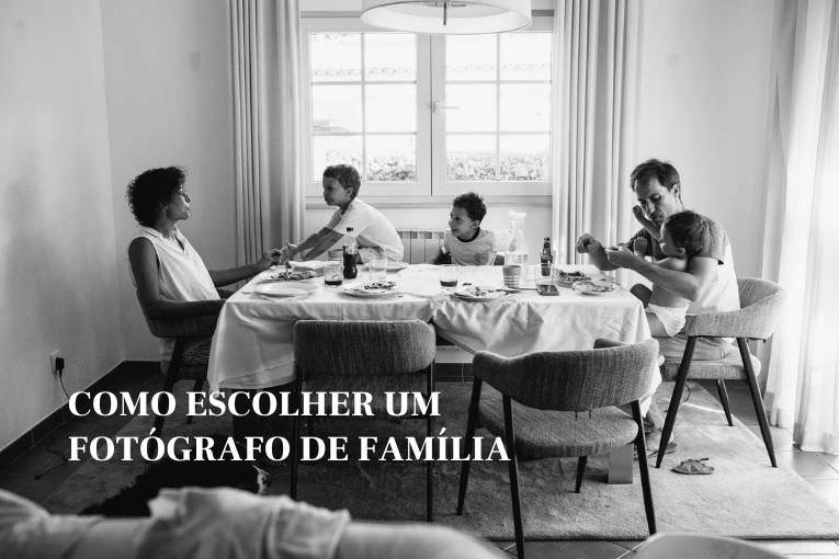 Familia à mesa a jantar