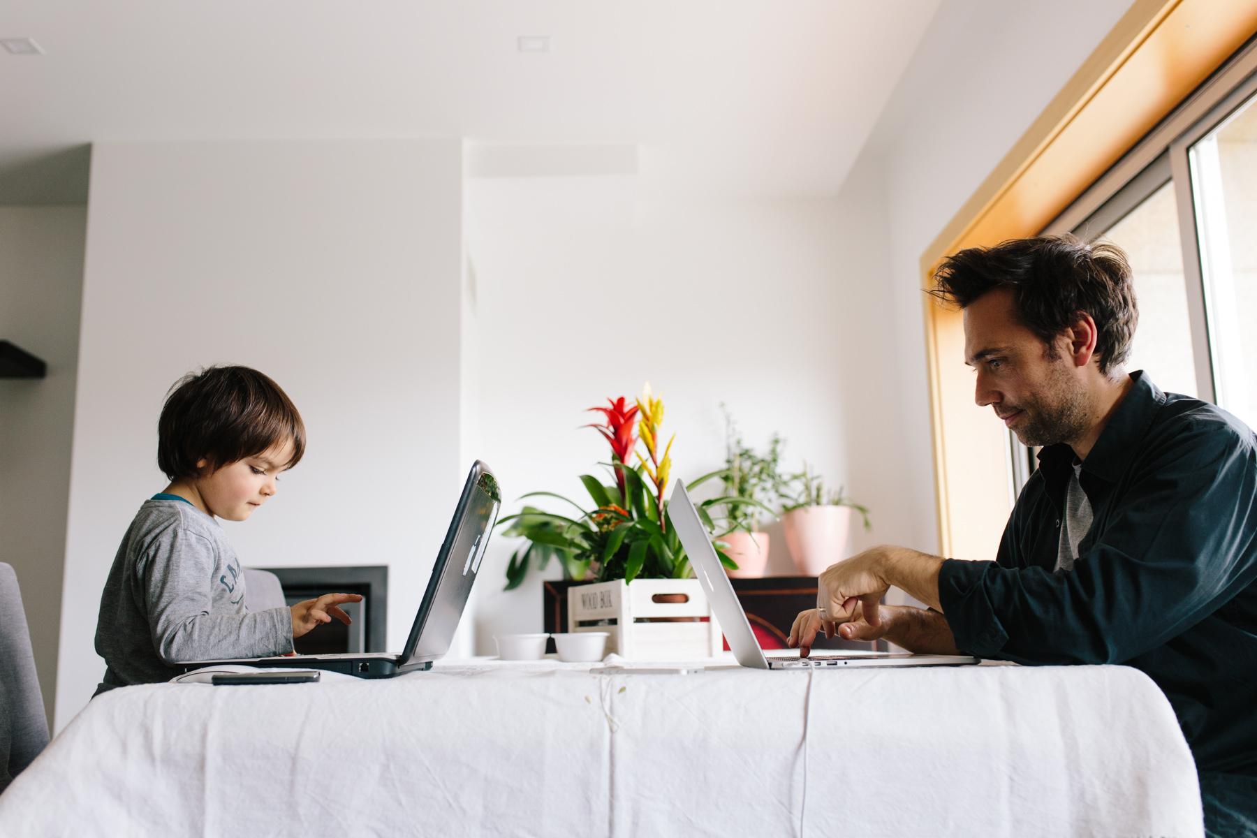 filho a imitar pai ao computador