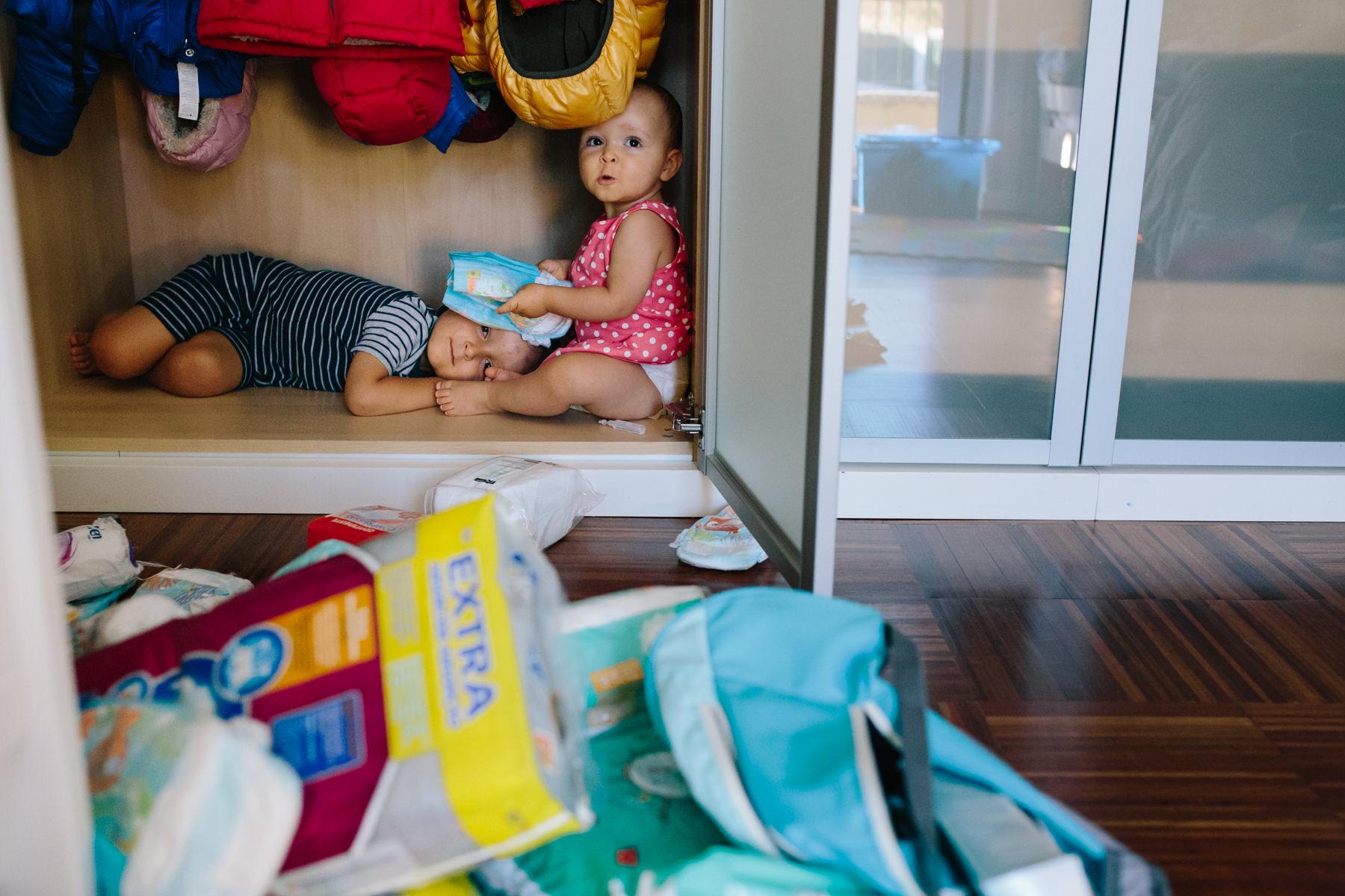 criancas a brincar dentro do armário das fraldas