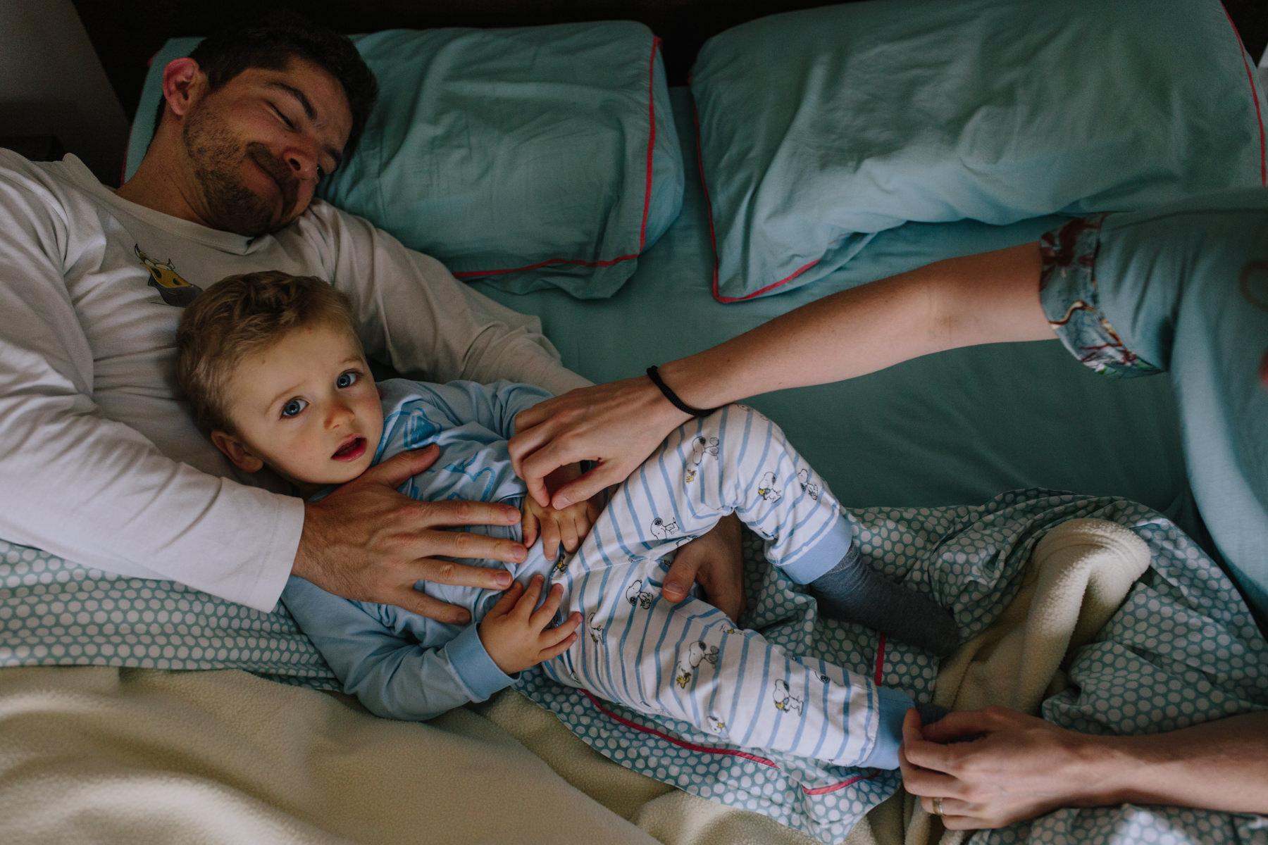 bebé na cama dos pais