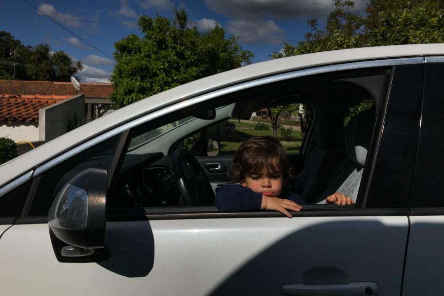 criança dentro do carro